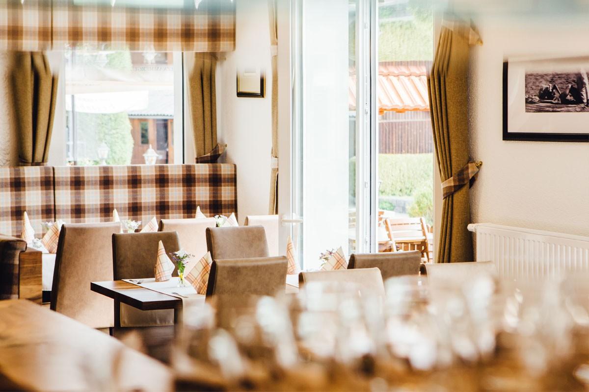 Restaurant-Pension-Bachtaverne-am-Attersee: Der neue Lounge Bereich mit Gastgarten