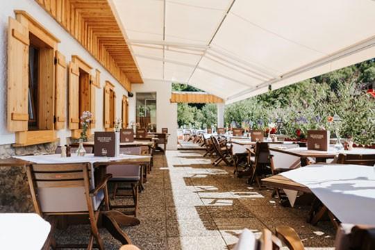 Der Gastgarten des Restaurant Bachtaverne in Weyregg am Attersee