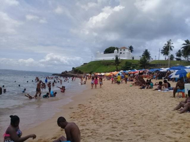 Turistas e Baianos vão as praias de Salvador