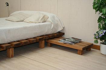 Al lado de la cama  Attipico