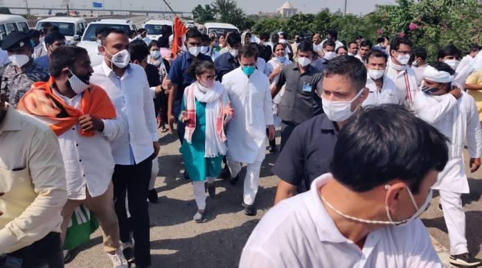 पुलिस ने राहुल-प्रियंका का काफिला ग्रेटर नोएडा में रोका, हाथरस के लिए पैदल हुए रवाना