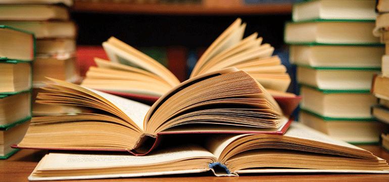 Bøger der ligger på et bord