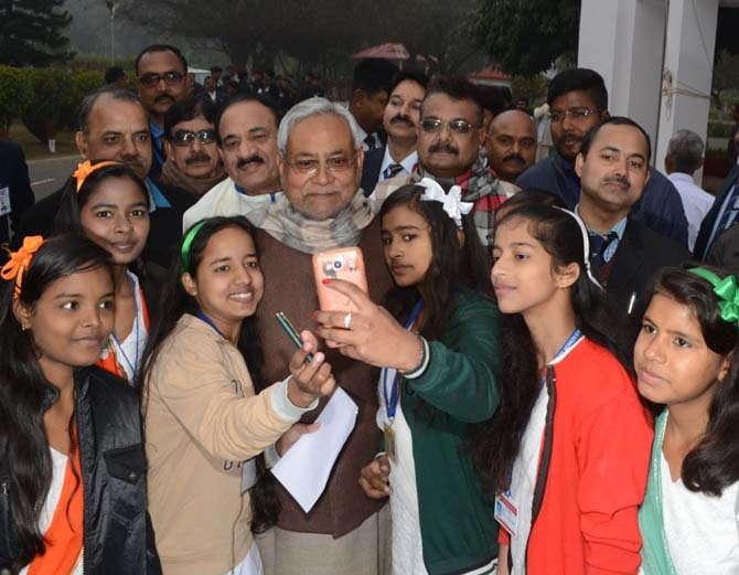 मुख्यमंत्री  नीतीश कुमार ने गणतंत्र दिवस के अवसर पर 1 अणे मार्ग स्थित अपने सरकारी आवास में  झंडोतोलन किया।