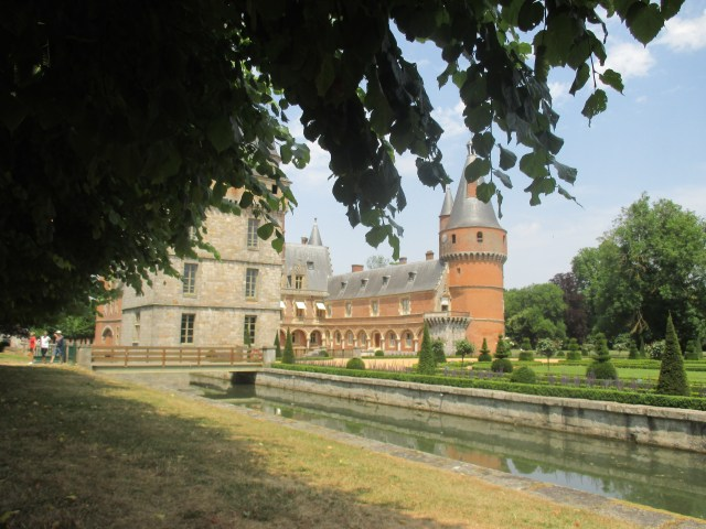 Maintenon. View of the back from under the shade of the tree