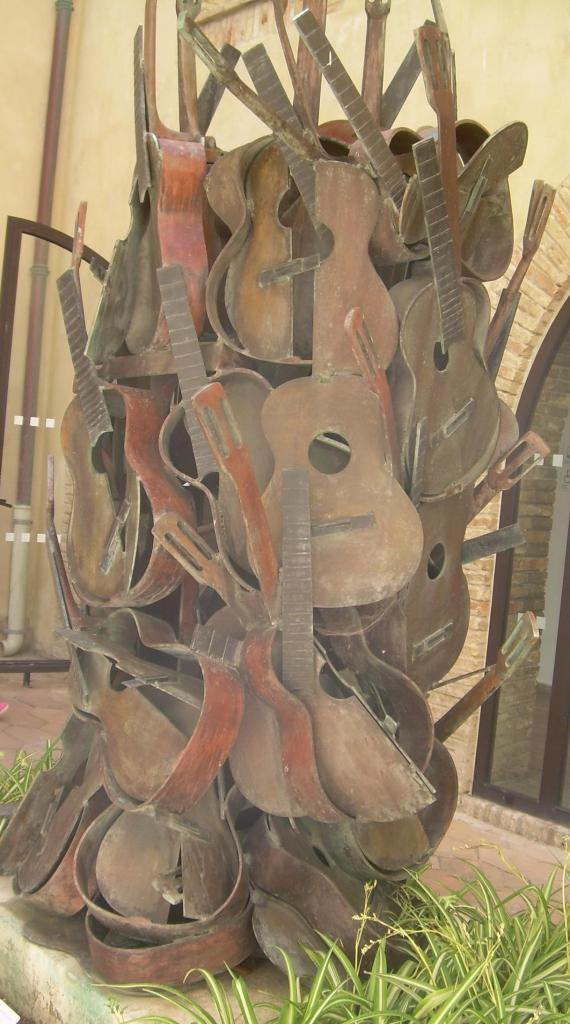 Antibes. Picasso musee. Guitars.