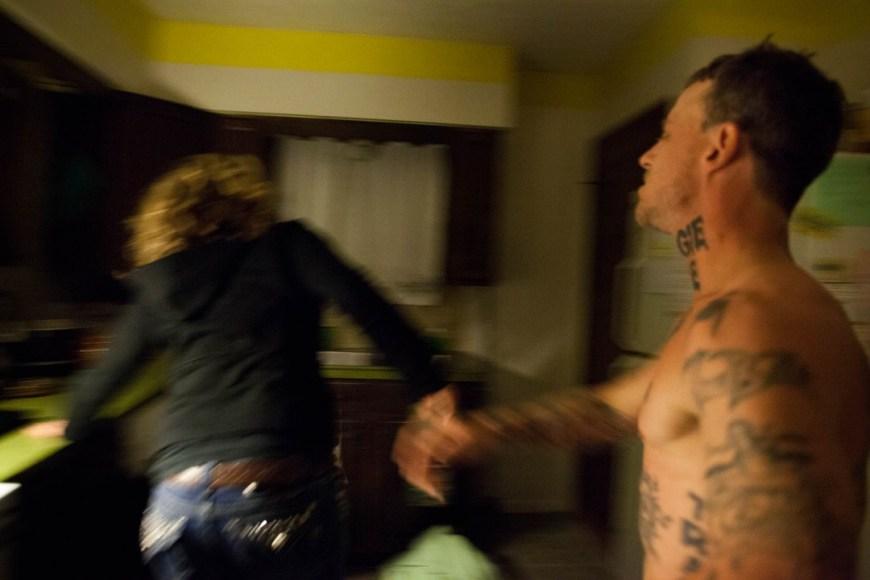 Sara Lewkowicz / Shane empenta a Maggie cap a la cuina, ella intenta fugir corrent.