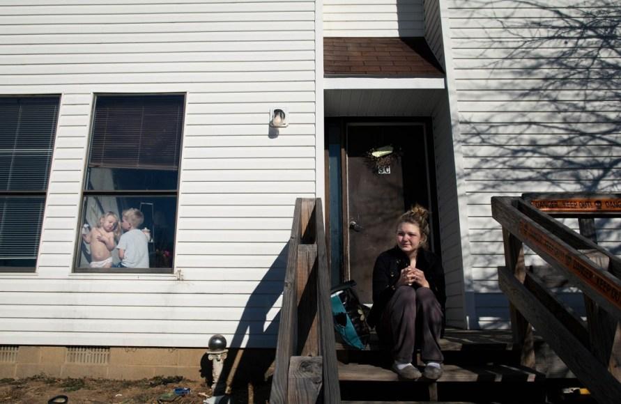 Sara Lewkowicz / Els nens de la Maggie observen per la finestra mentre ella descansa fumant a la casa d'uns amics. És el dia després de l'atac de la seva parella.