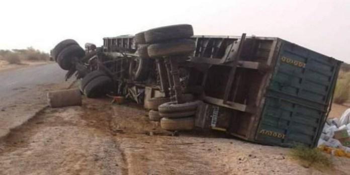 Kénitra: un camion transportant des bonbonnes de gaz se renverse