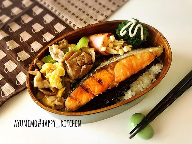 本日の#お弁当 は、#焼きシャケ#小松菜と卵と豚肉の炒め物 #ブロッコリー#えのきのハム巻き#旦那弁当 #曲げわっぱ