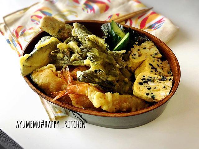 本日の#お弁当 は、#天丼弁当 内容は、えびタラの芽茄子ささみかぼちゃちくわ盛りだくさんΣ੧(❛□❛✿) 天ぷらが少しでもしんなりしないように、ごはんの上に韓国海苔敷いてます。卵焼きは、ひじきとねぎ入り。きゅうりの浅漬けも。ごはんがベチャベチャになるので天つゆは別容器で。#旦那弁当 #曲げわっぱ #天ぷら #天ぷら弁当 #タラの芽 #タラの芽の天ぷら #エビ天