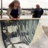 Michelle-Auboiron-peint-in-situ-les-Ponts-de-Paris-Photo-Anne-Sarter thumbnail
