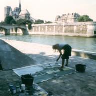 Michelle-Auboiron-peint-in-situ-les-Ponts-de-Paris-Photo-Anne-Sarter-3 thumbnail