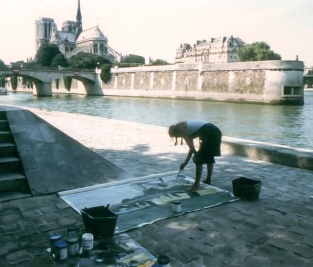 Michelle-Auboiron-peint-in-situ-les-Ponts-de-Paris-Photo-Anne-Sarter-3