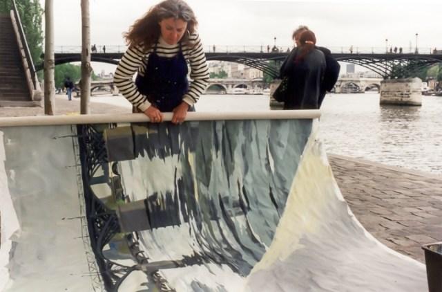 Michelle-Auboiron-peint-in-situ-les-Ponts-de-Paris-Photo-Anne-Sarter