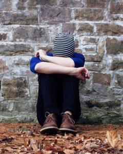Photo d'un jeune triste et seul