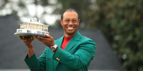 Golf : Tiger Woods enfile la veste verte de vainqueur du Masters d'Augusta