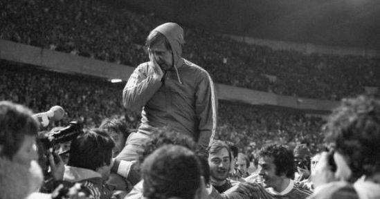Michel Hidalgo : le sélectionneur porté en triomphe par ses joueurs à l'issue du décisif France:-Bulgarie (3-1) qualifiant les Bleus pour le Mondial Argentin de 1978