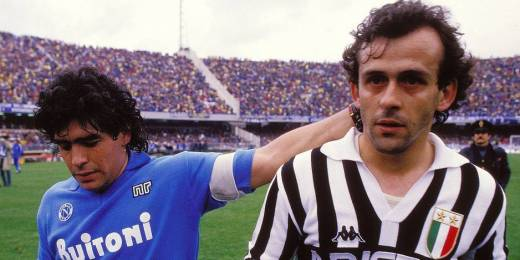 Diego Maradona et Michel Platini, adversaires épiques sur les pelouses italiennes dans les années 80