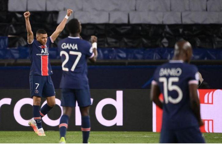 La joie de Kylian Mbappé, d'Idrissa Gueye et de Danilo après la qualification du PSG