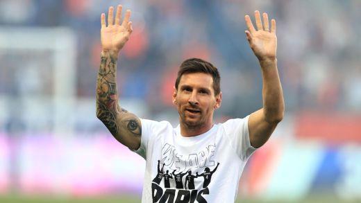 Lionel Messi a été ovationné pour sa présentation officielle samedi au Parc des Princes.