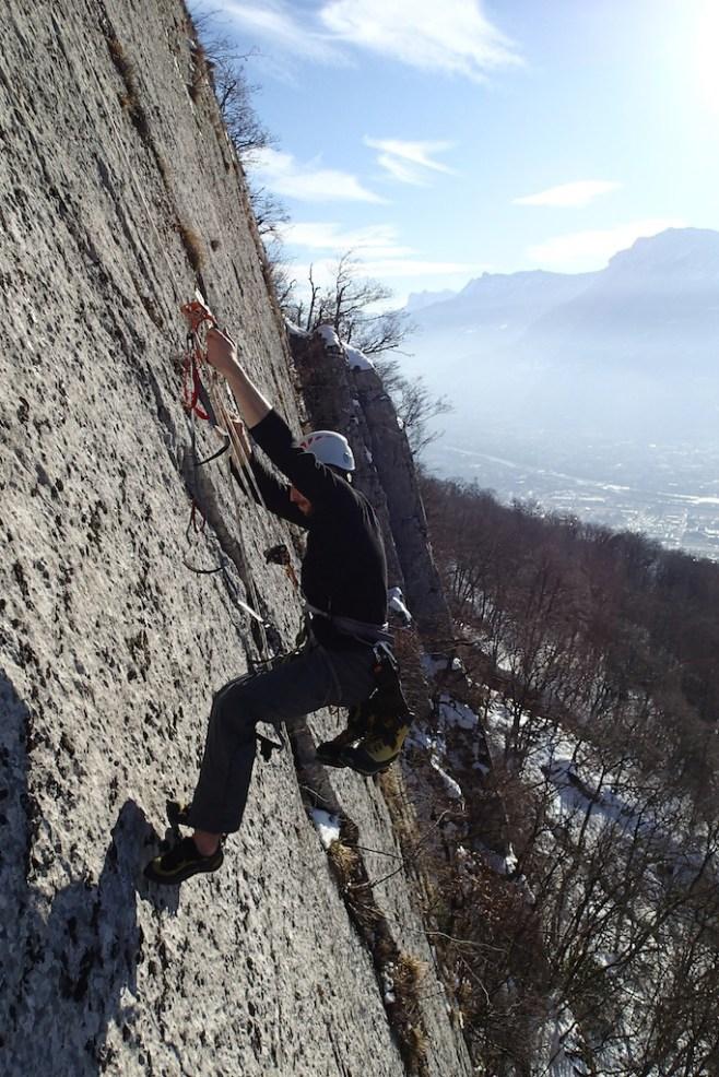 Thomas remonte sur corde fixe pendant l'équipement d'une falaise à Grenoble
