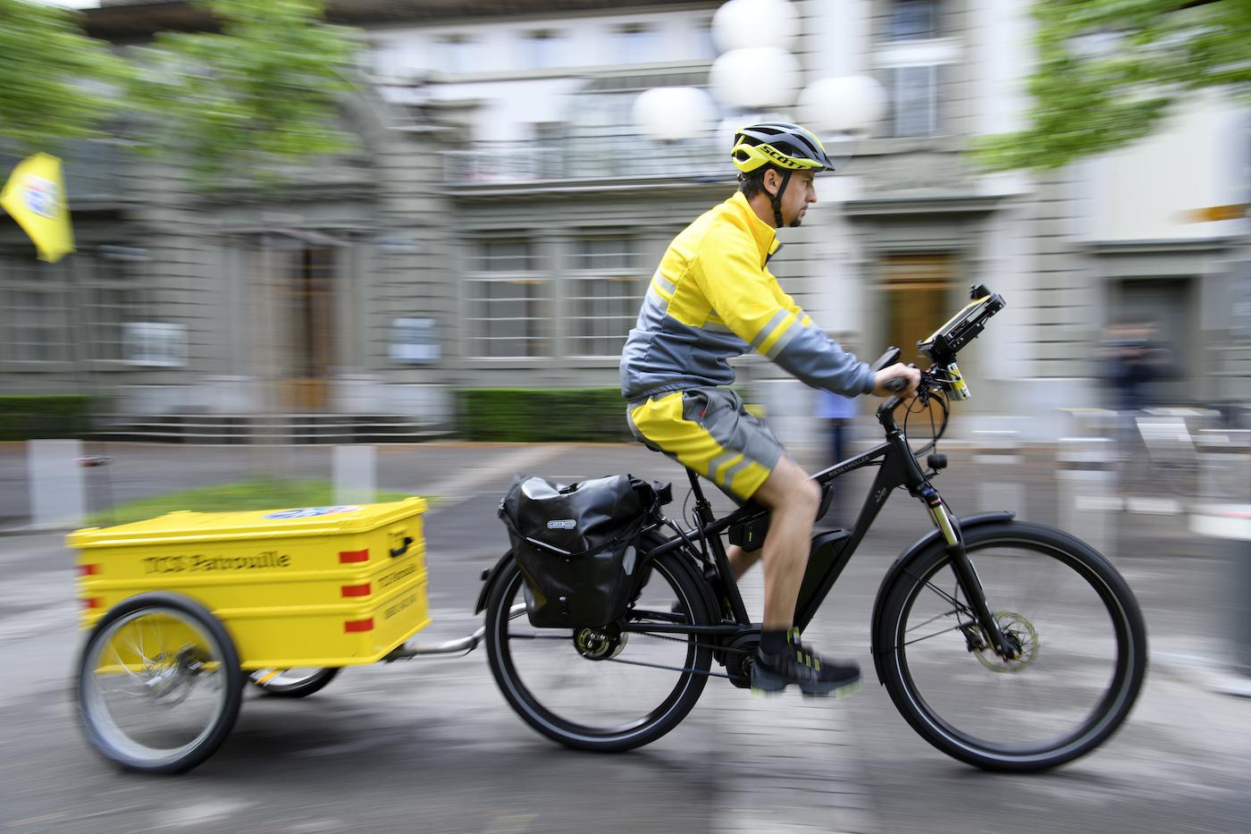 Même le dépannage est assuré par des vélos électriques: un essai pilote réalisé l'année dernière à Zurich et à Genève montre que l'assistance dépannage TCS arrive plus vite sur les lieux à vélo électrique qu'en voiture. (Keystone)