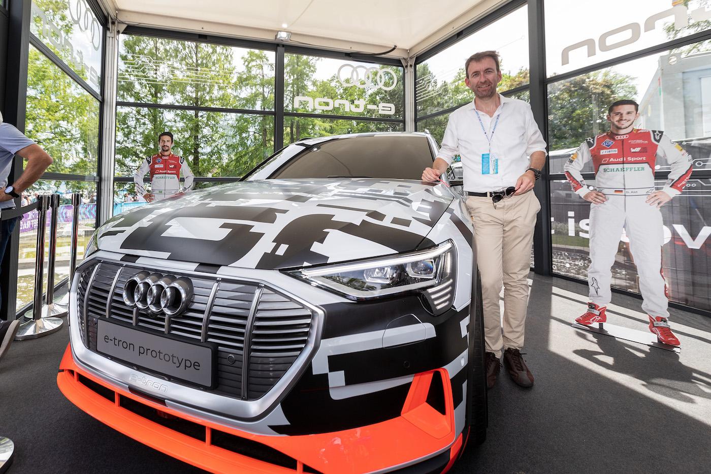 Audi-Markenchef Dieter Jermann mit dem Prototypen des vollelektrischen e-tron. (Sven Thomann)