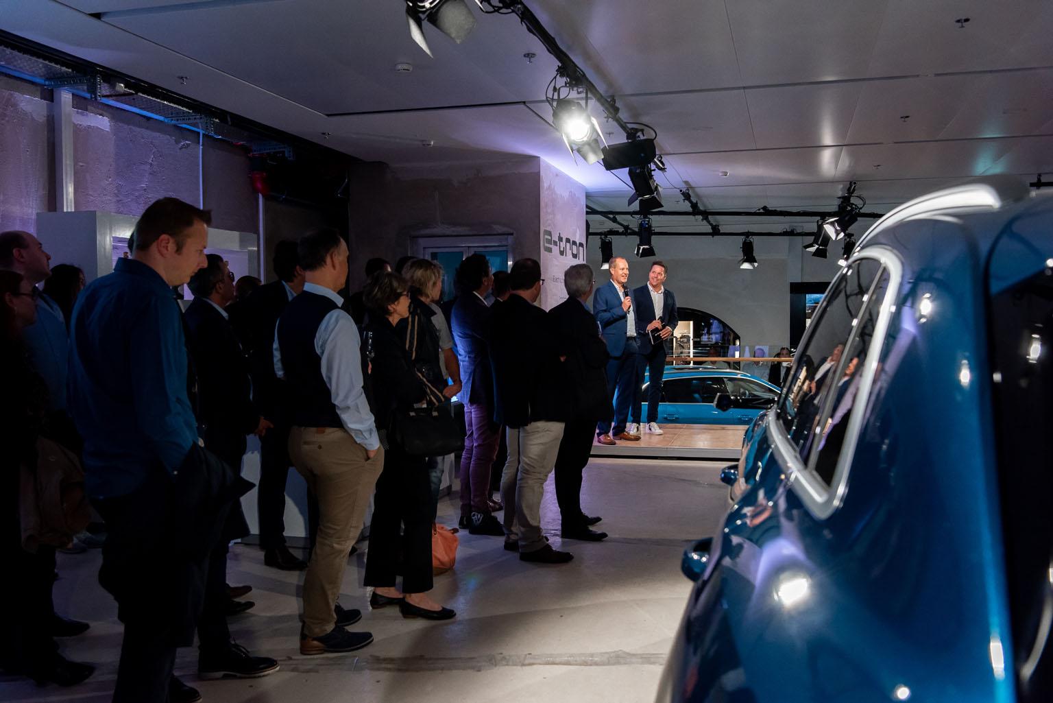 Jens van Eikels erklärt Sven Epiney und dem Zürcher Publikum die Finessen des Audi e-tron. (Tom Lüthi)