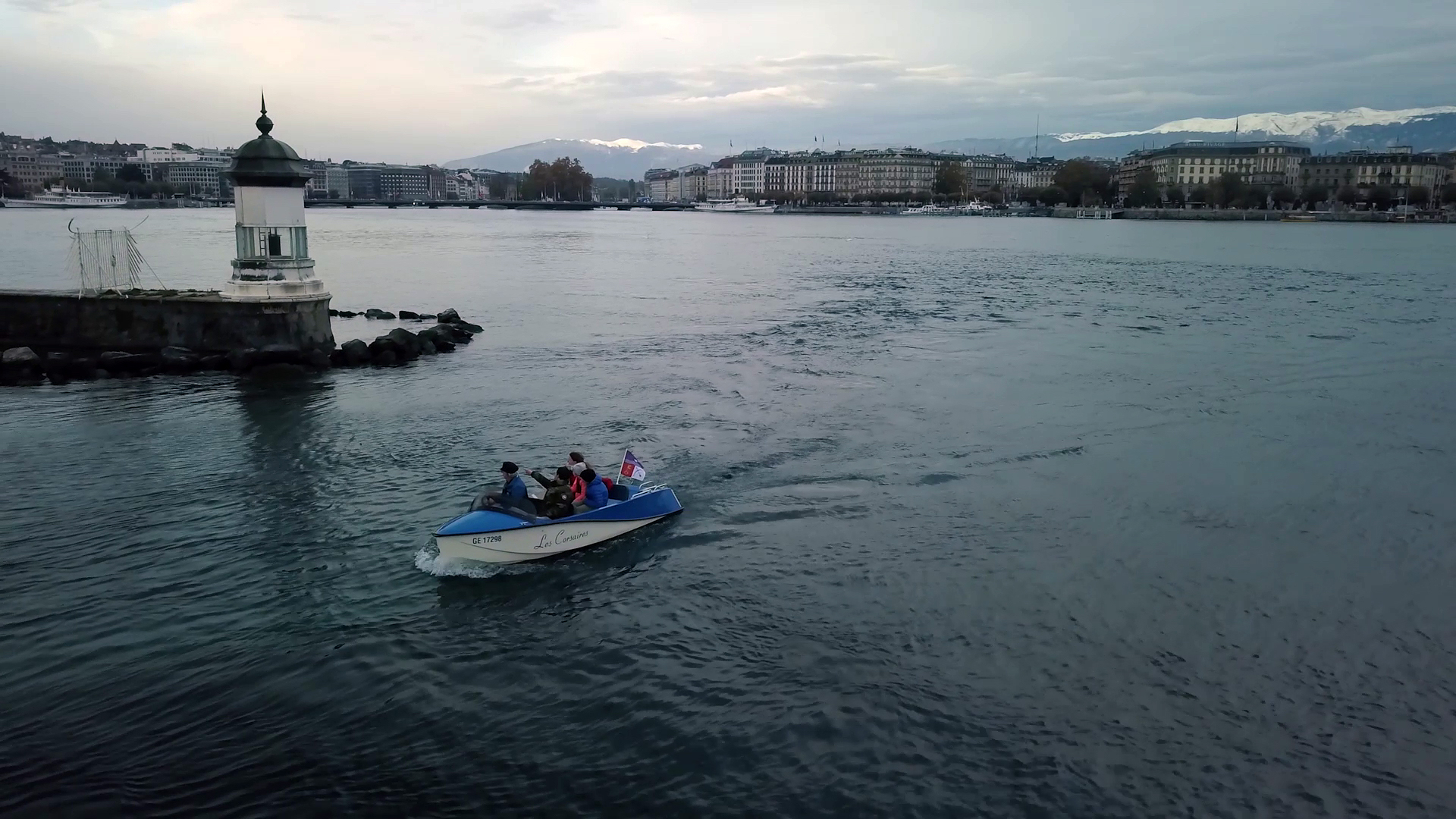Per le loro gite sul Lago Lemano, i Petitpierre preferiscono utilizzare una barca elettrica.
