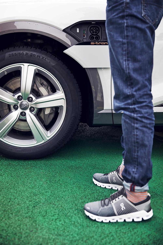 Das Auto ist ein Jogger-Traum: Coppetti am Audi e-tron. (Foto: Filip Zuan)
