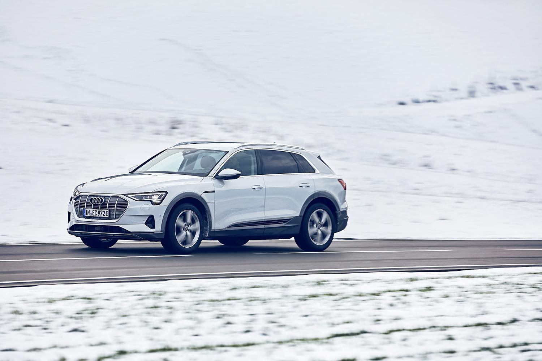 Grâce à la traction intégrale quattro, l'Audi e-tron est aussi à l'aise sur les routes des cols suisses en hiver. (Photo: Filip Zuan)