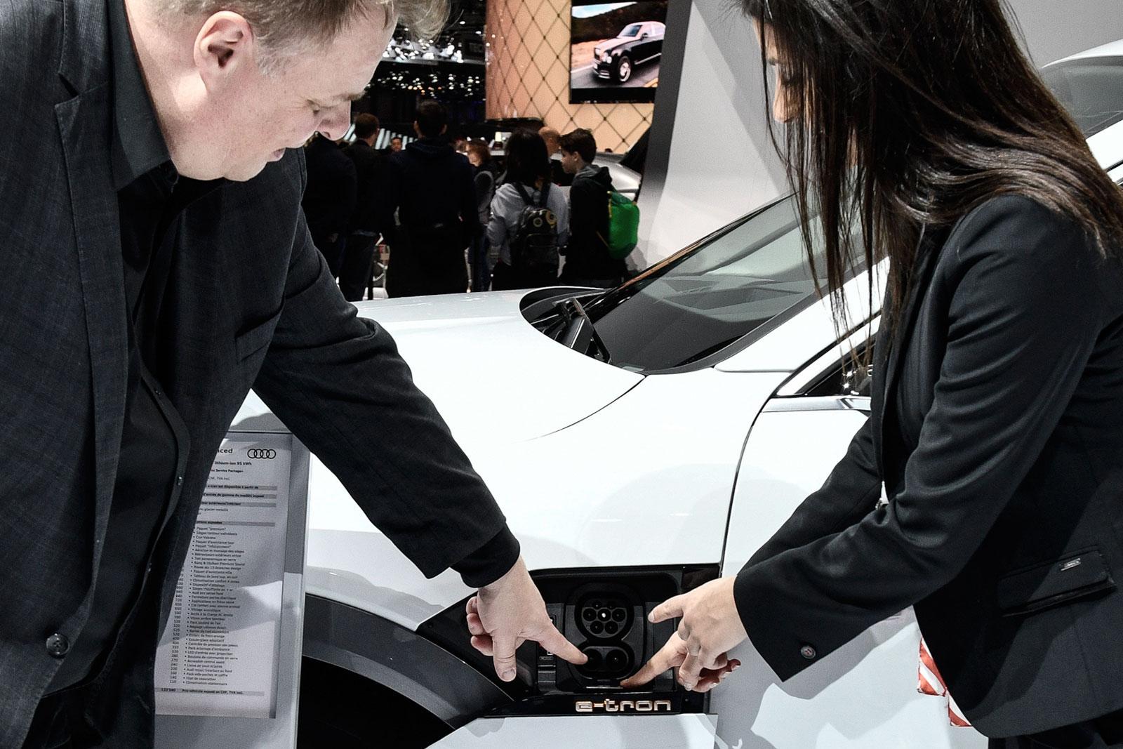 «Elektrofahrzeuge werden sich in den Städten und den Ballungszentren durchsetzen»: Lars Thomsen inspiziert den Lade-Anschluss eines Audi e-tron.