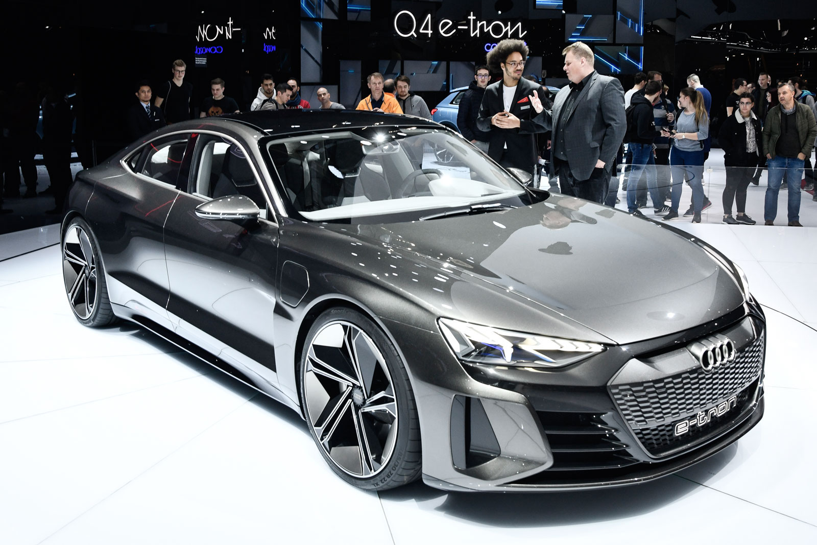 Lars Thomsen lässt sich am Autosalon in Genf den Audi e-tron GT Concept erklären.