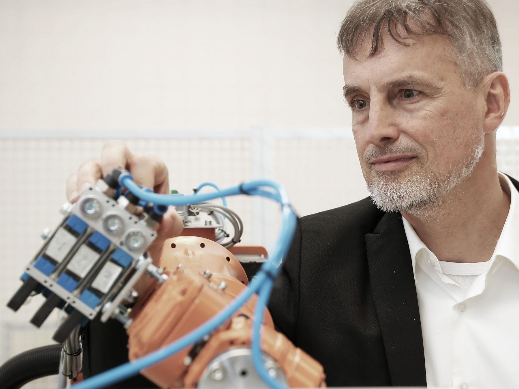 Noch ist der Mensch klüger als die Maschine: Schmidhuber mit einem Roboter.