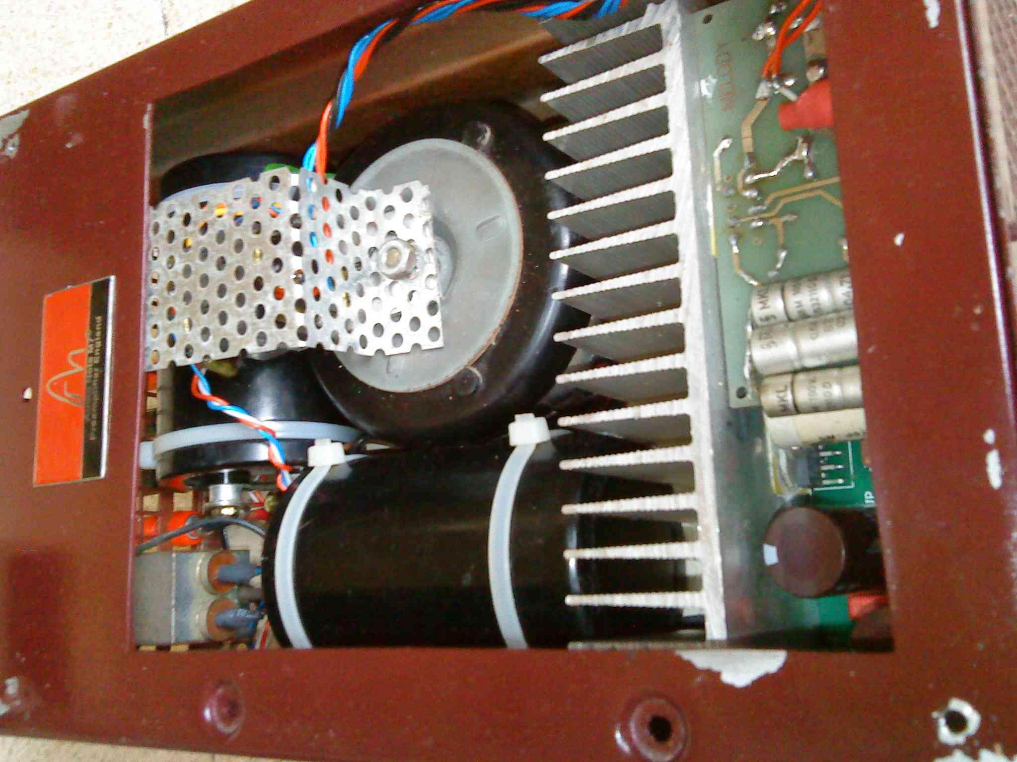 Masive kapasitor bank dan Toroidal Transformer menjamin supply arus untuk chip LM3886