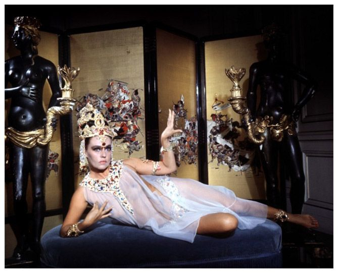 La actriz Jeanne Moreau posando en el film Mata Hari Agent H-21