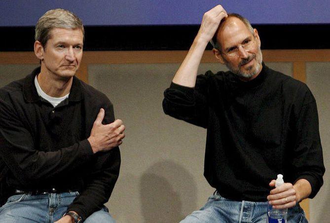 Tim Cook a la izquierda, junto a Steve Jobs