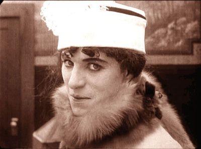 """Charlot """"travestido"""" en su comedia """"Charlot señorita bien"""" (1915)"""