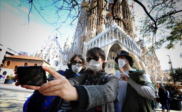 turistas-con-mascarilla-junto-sagrada-familia-1584097235898
