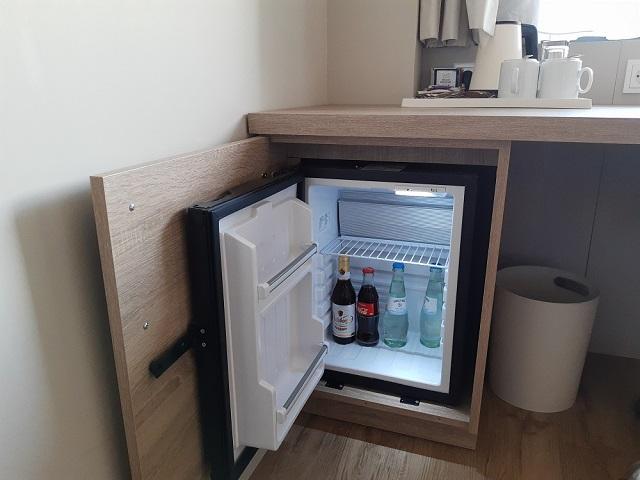 kostenlose Minibar im Business Zimmer des Crowne Plaza