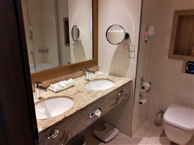 Badezimmer im Holiday Inn Nürnberg