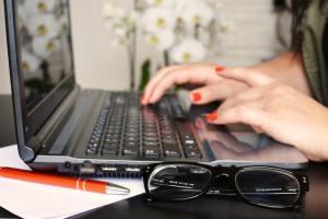 женские руки печатают текст