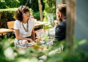 мужчина и женщина беседуют в кофейне