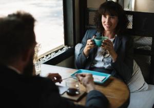 женщина и мужчина за чашкой кофе