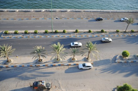 Panzer direkt an der Straße von Hormus
