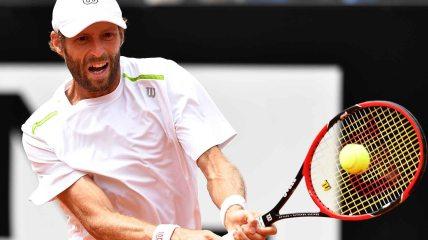 Stephane Robert loses 7-5, 7-5 to Novak Djokovic.
