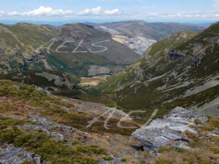 """Valle glaciar del circo de la Baña, con la proximidad de la mina de pizarra """"a cielo abierto"""""""