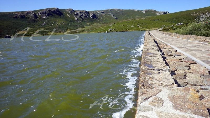 Orilla del muro de la presa azotado por el fuerte viento