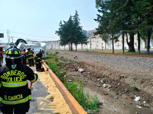 Implementan-Bomberos-de-Toluca-servicio-preventivo-por-volcadura-en-la-carretera-Toluca-Atlacomulco-4