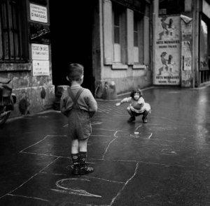 Niños juegando a la rayuela en París, 1960.